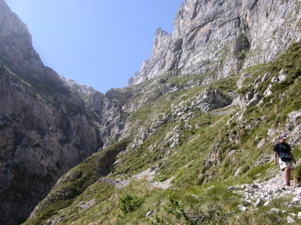 Coming down to Fuente De from Vega de Liorde